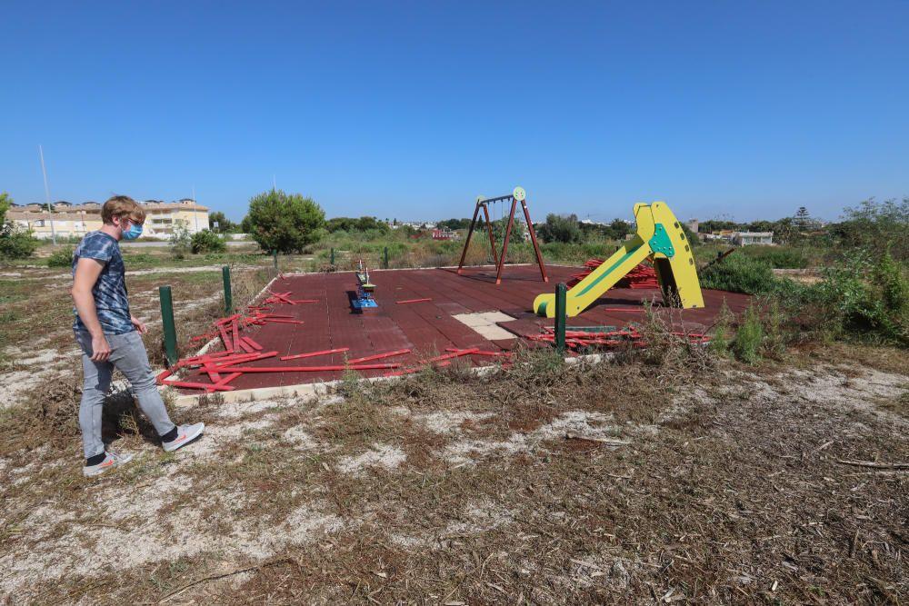 Residentes y turistas denuncian el abandono de las urbanizaciones del litoral con calles llenas de podas y escombros, maleza sin control y viales con socavones. Critican la inseguridad por la falta de