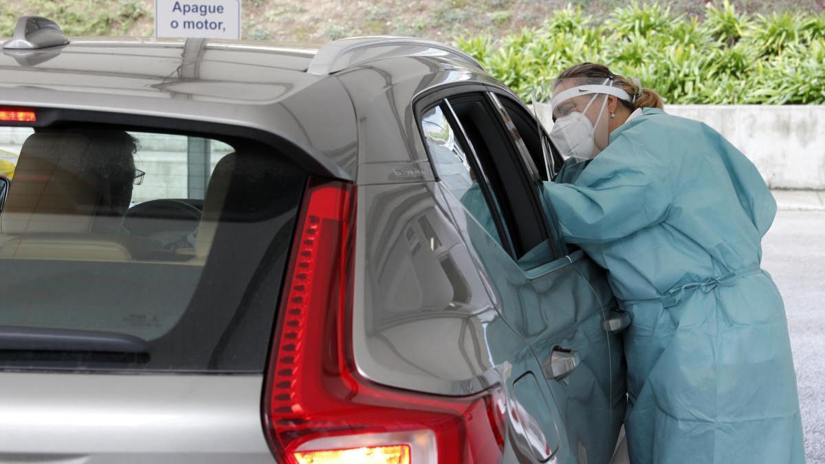Una sanitaria hace un test de coronavirus en el Covid Auto del hospital Meixoeiro. // José Lores