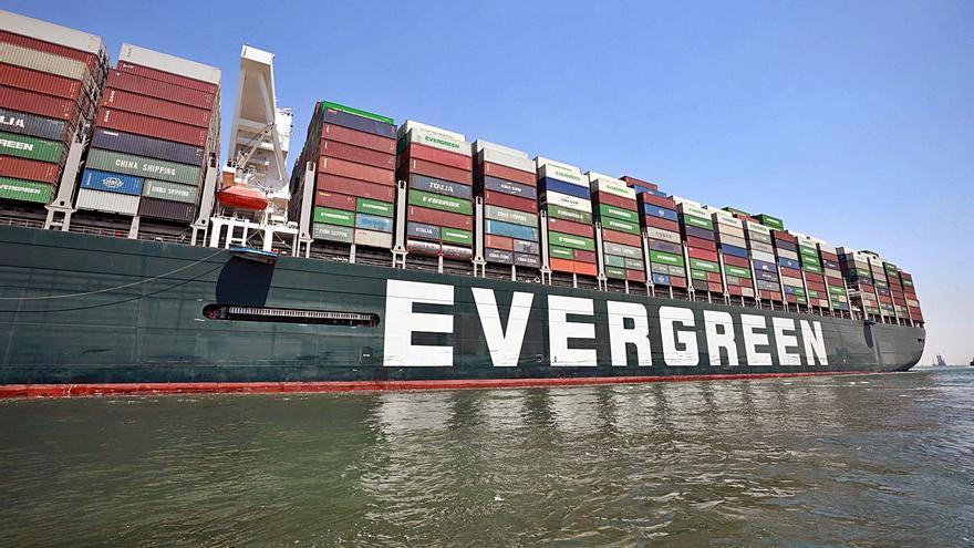 El vaixell «Ever Given» torna a navegar