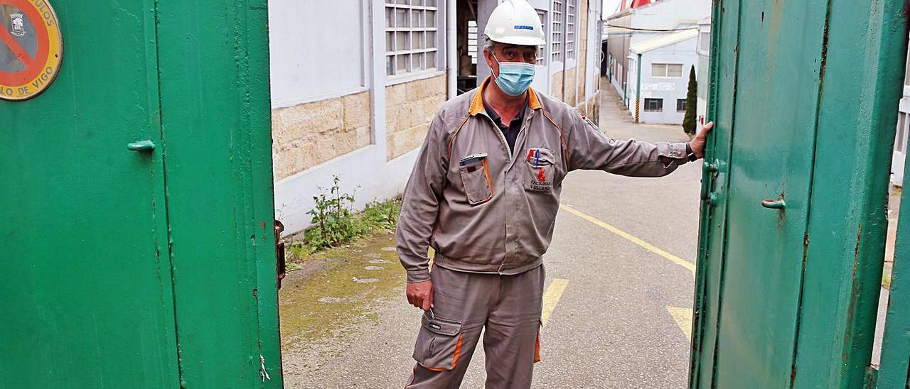 Trabajador de Astillero San Enrique, la semana pasada, con el mono de trabajo de Vulcano.     // MARTA G. BREA
