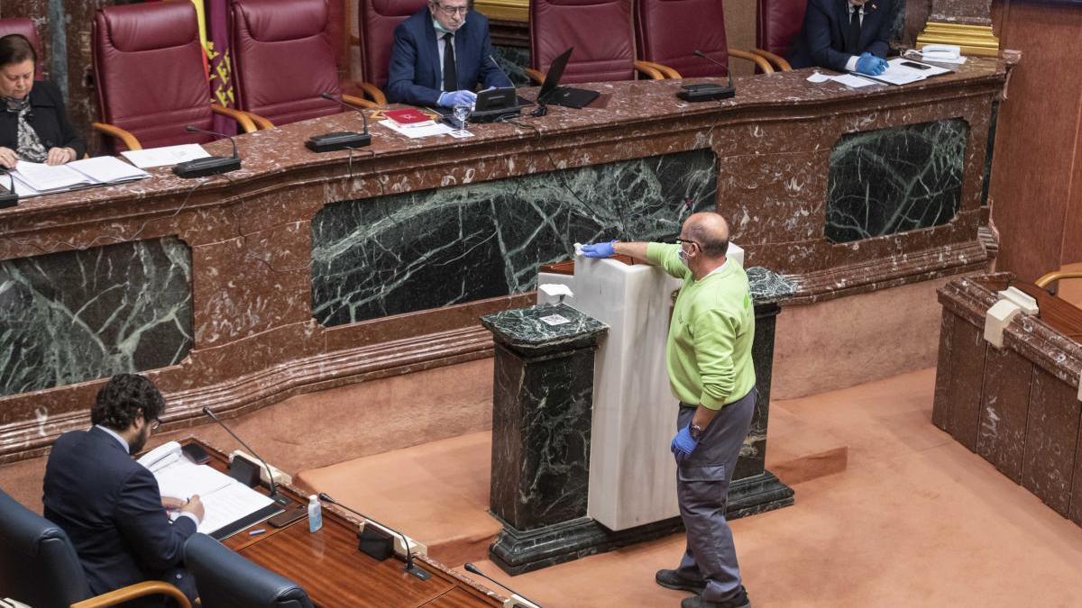 Las mascarillas no evitan un debate sobre olores en la Asamblea