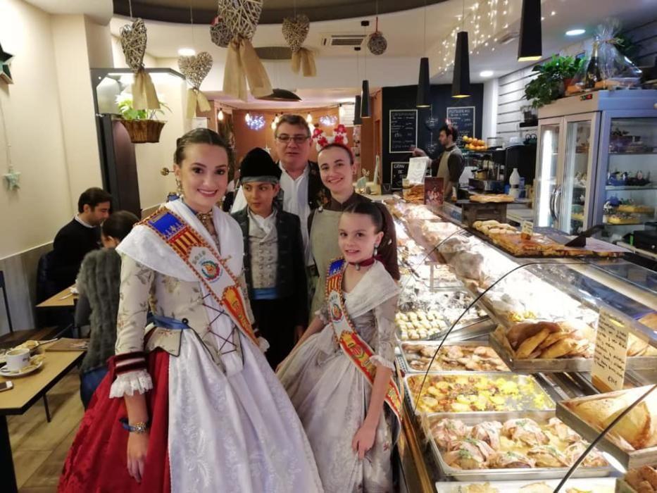 De visita a los comercios del barrio en vísperas de Navidad