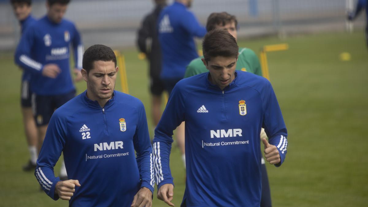 Blanco Leschuk, a la izquierda, con Edgar en un entrenamiento del Real Oviedo