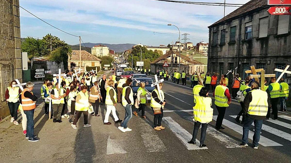 Vecinos de Xinzo, Areas y Arnoso en una protesta para pedir mejoras de seguridad en la N-120.