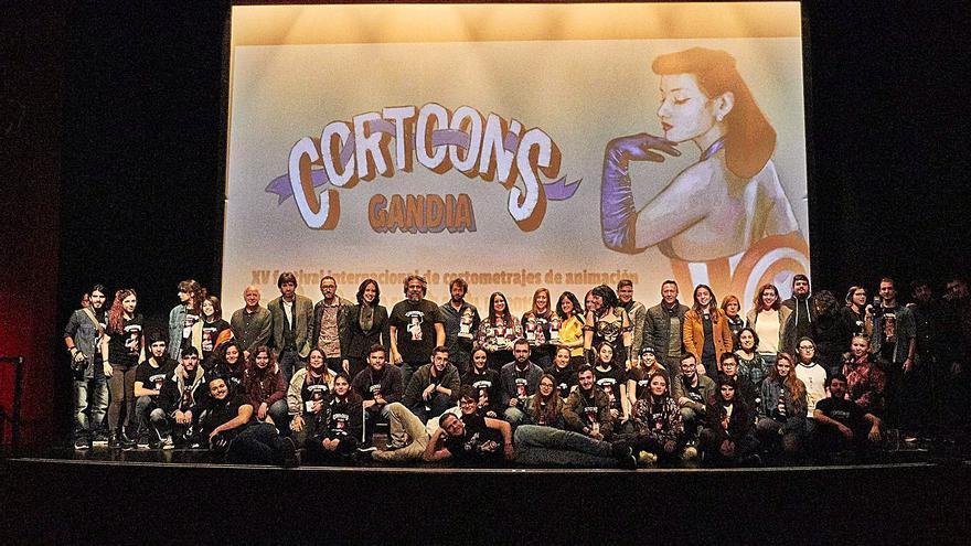 Foto final de familia en la gala de clausura del año pasado en el Teatre Serrano. | NATXO FRANCÉS