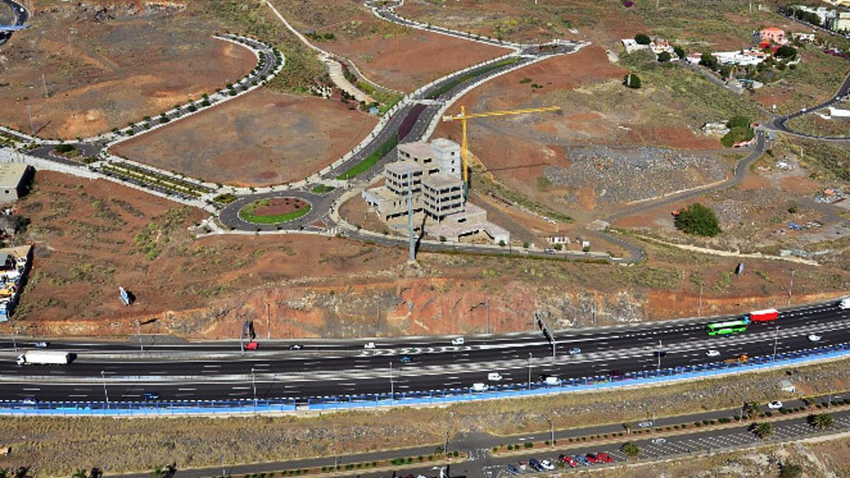 En el centro de la imagen, el Parque Científico y Tecnológico de Tenerife que se construye en Cuevas Blancas, en Santa Cruz. | | INTECH