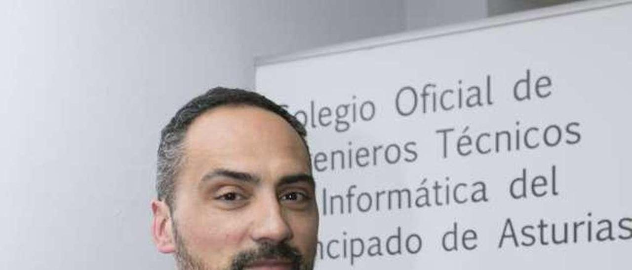 Paulino Álvarez Ondina, en la sede del colegio.