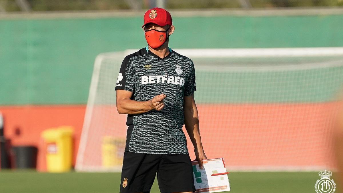 Luis García dirige un entrenamiento reciente