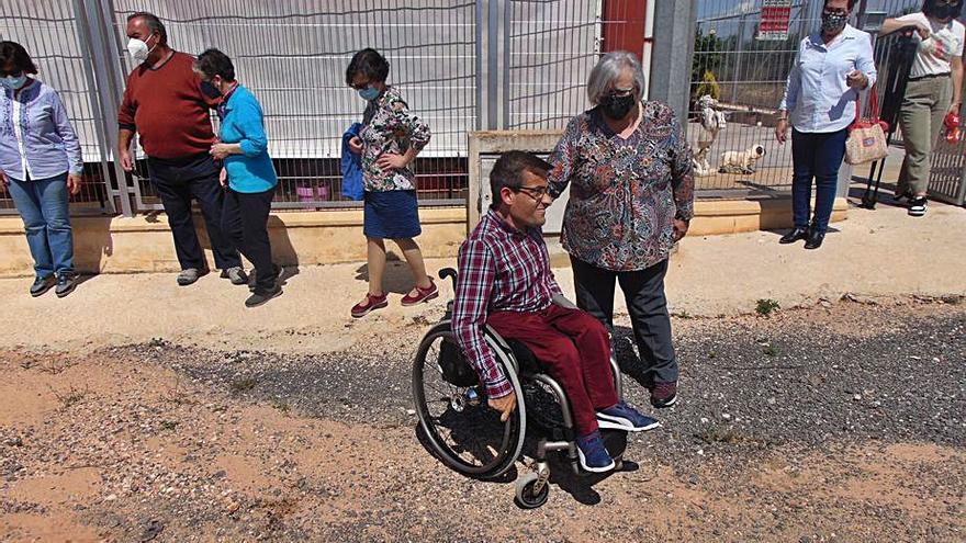 Personas discapacitadas piden arreglar un camino en Jumilla