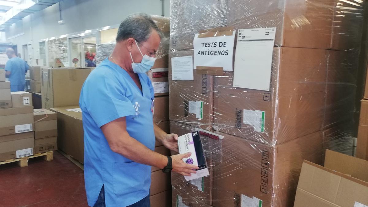 Las primeras cajas con los test de antígenos llegaron ayer al almacén del Hospital General de Alicante.