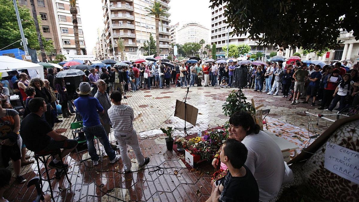 La plaza María Agustina de Castelló, repleta pese a la lluvia, durante una de las tardes del mes de mayo de 2011. | M. NEBOT / G. UTIEL / MEDITERRÁNEO