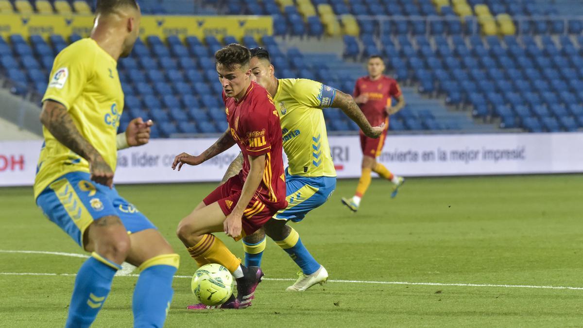 Francés tapa el avance de Araujo en el partido en el estadio de Gran Canaria.