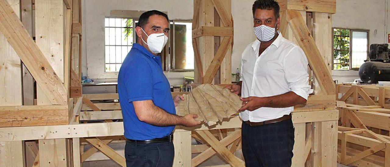Santaeulalia y Galiana, ayer, con el prototipo del cartón que se utilizará. Detrás, la torre de madera.