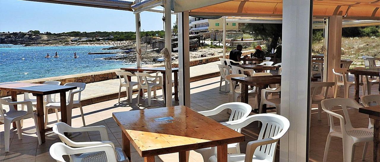 Uno de los restaurantes situados frente a la playa de es Pujols.