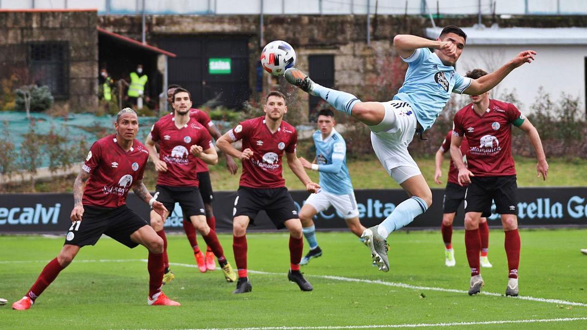 Ferrares intenta rematar en posición acrobática durante el partido de ayer.    // RCCELTA