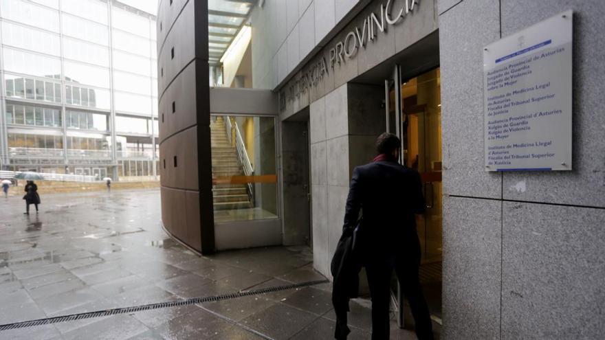 El acusado de maltratar a su esposa y dos hijos en Oviedo acepta dos años de cárcel