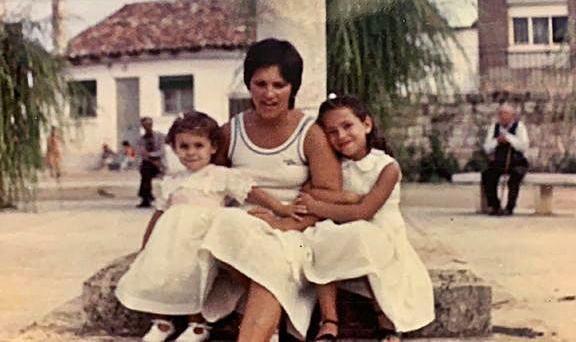 Beatriz Díaz, su madre Amelia y su hermana Nieves en Villada, su lugar de veraneo en Castilla y León de toda la vida.