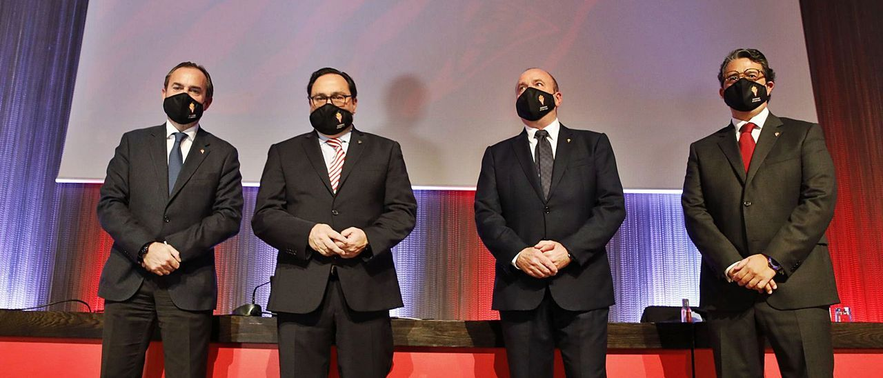 Por la izquierda, Ramón de Santiago, Javier Fernández, Javier Martínez y Fernando Losada, ayer, antes de iniciar la Junta de Accionistas. | Ángel González