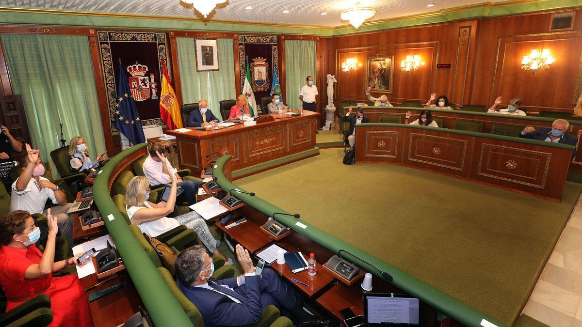Los concejales, en un momento de la sesión plenaria que celebraron ayer con medidas contra el Covid.