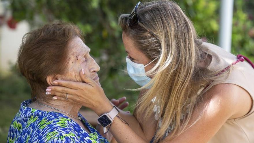 El emotivo regreso de los abrazos a las residencias de Alicante