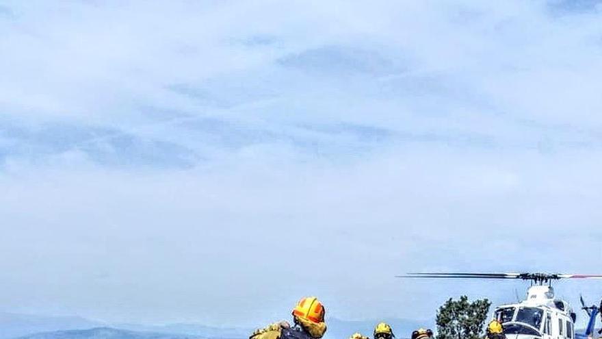 Efectivos trabajan en la extinción del incendio de Hervás