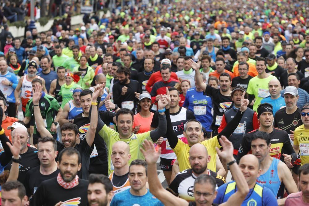 Más de 4.000 corredores toman la salida en Samil del medio maratón.
