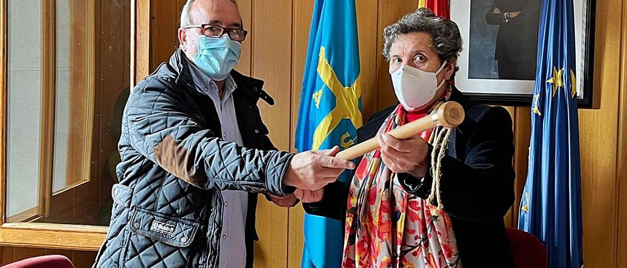 El exregidor Manuel Fernández, entregando el bastón de mando a la nueva alcaldesa, María Díaz. | R. S. A.
