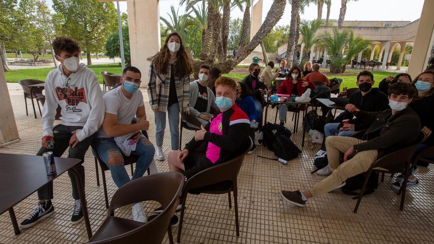 Los universitarios vuelven al ralentí a las clases presenciales en Alicante y Elche