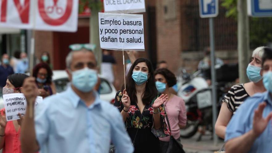 Sanitarios defienden la sanidad pública tras 80 días de aplausos ciudadanos