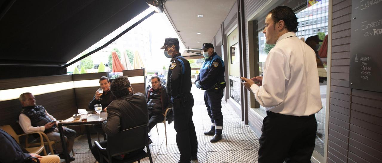 Agentes de la Policía Local de Oviedo controlan el aforo en una terraza hostelera.