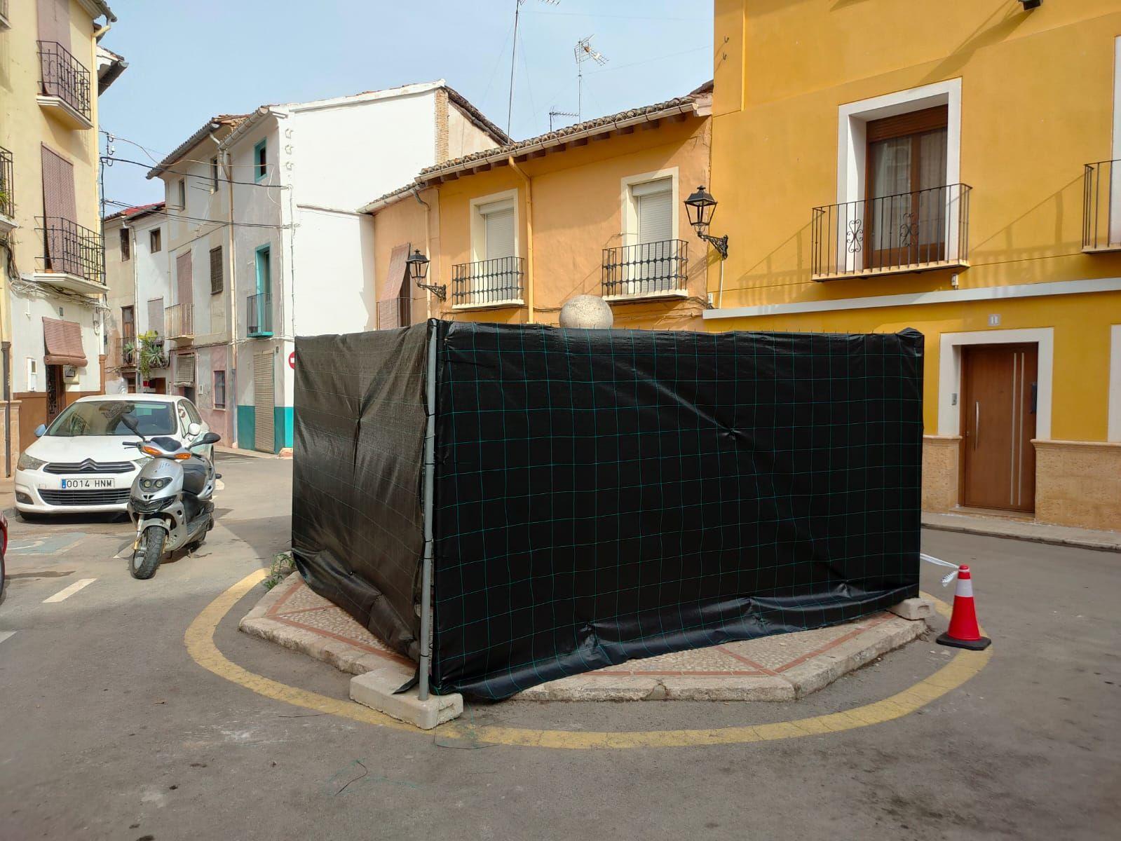 Dan marcha atrás con el coche y lo empotran contra una fuente del casco histórico de Xàtiva