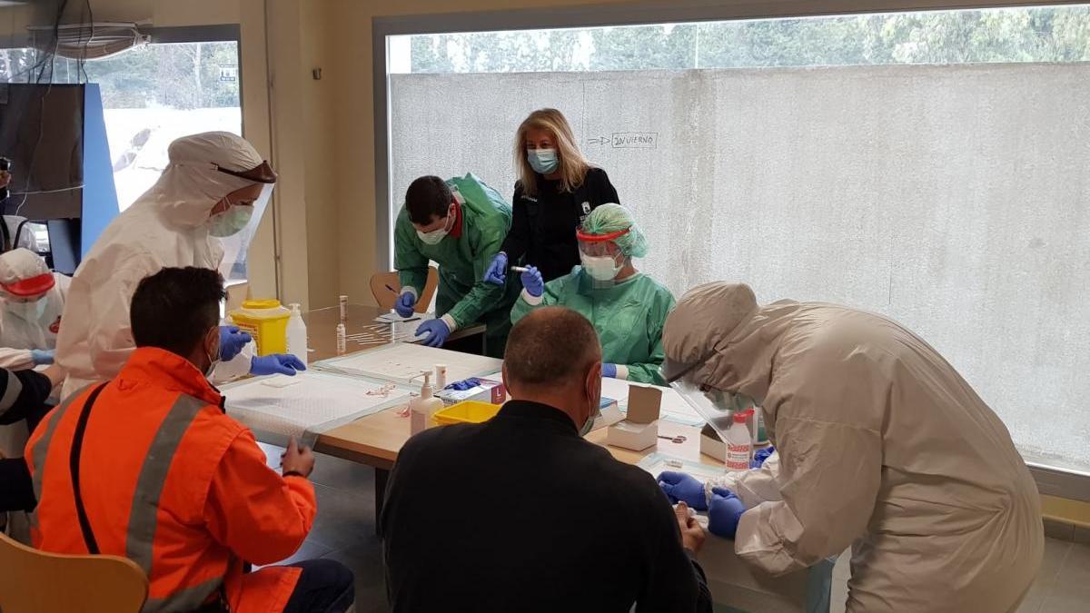 Sanitarios realizan en Marbella pruebas para detectar el Covid-19 durante el confinamiento.