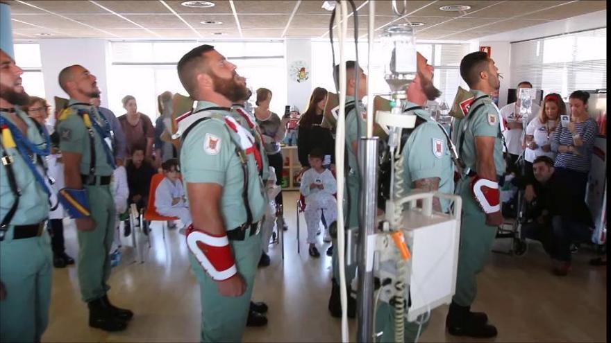 La Legió canta 'El novio de la muerte' a l'hospital infantil de Màlaga