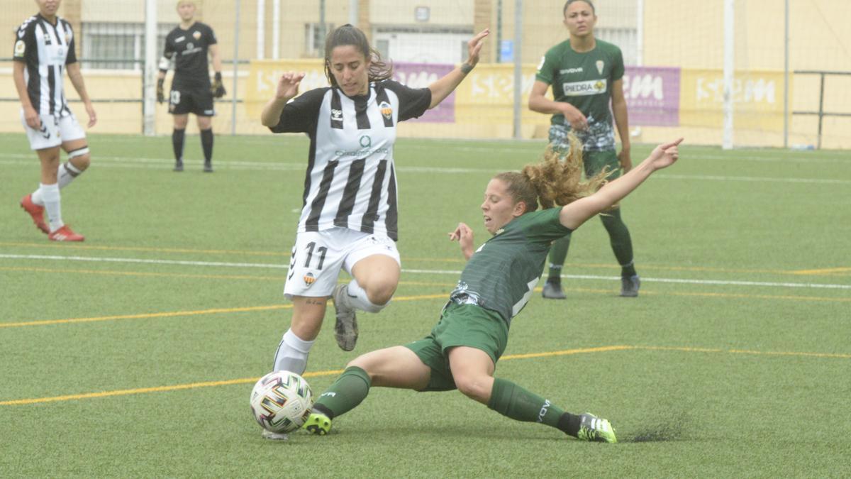 La jugadora del Joventut Almassora Anna Lizarraga pugna por un balón con una futbolista del Córdoba.