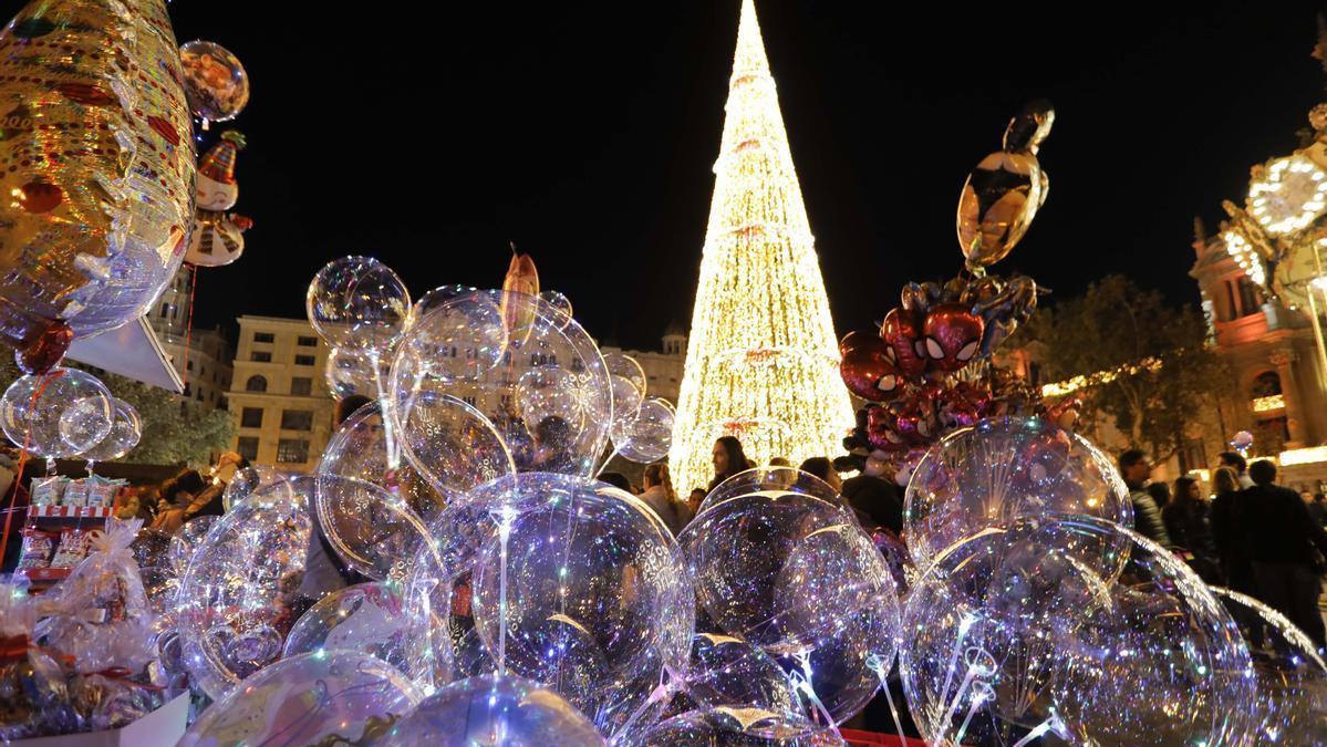 La plaza del Ayuntamiento de València, repleta de gente disfrutando del ambiente navideño en 2019.