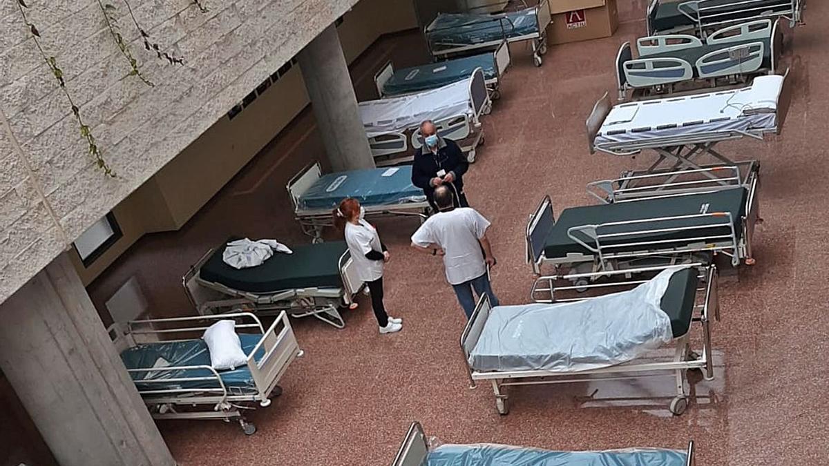 Camas para pacientes covid improvisadas en el lucernario del Hospital de Sant Joan.