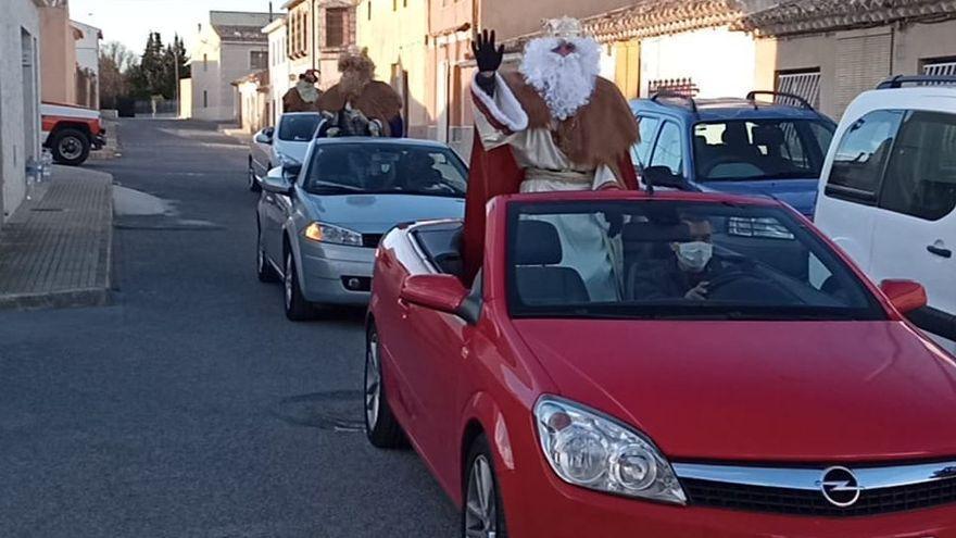 Los Reyes Magos recorren Monóvar en descapotables