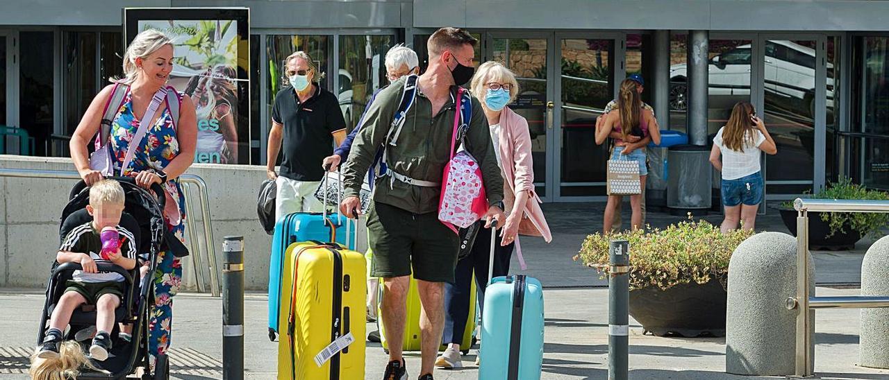 Pasajeros abandonan la terminal este verano.