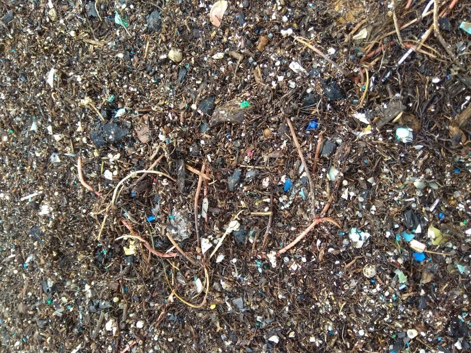 Miles de microplásticos han sido arrojados sobre la arena o los paseos marítimos. Estos, en la playa de la Malva-rosa.
