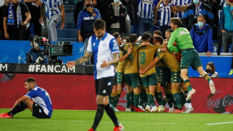 Borja Iglesias da el triunfo al Betis en el último minuto en su visita al Alavés