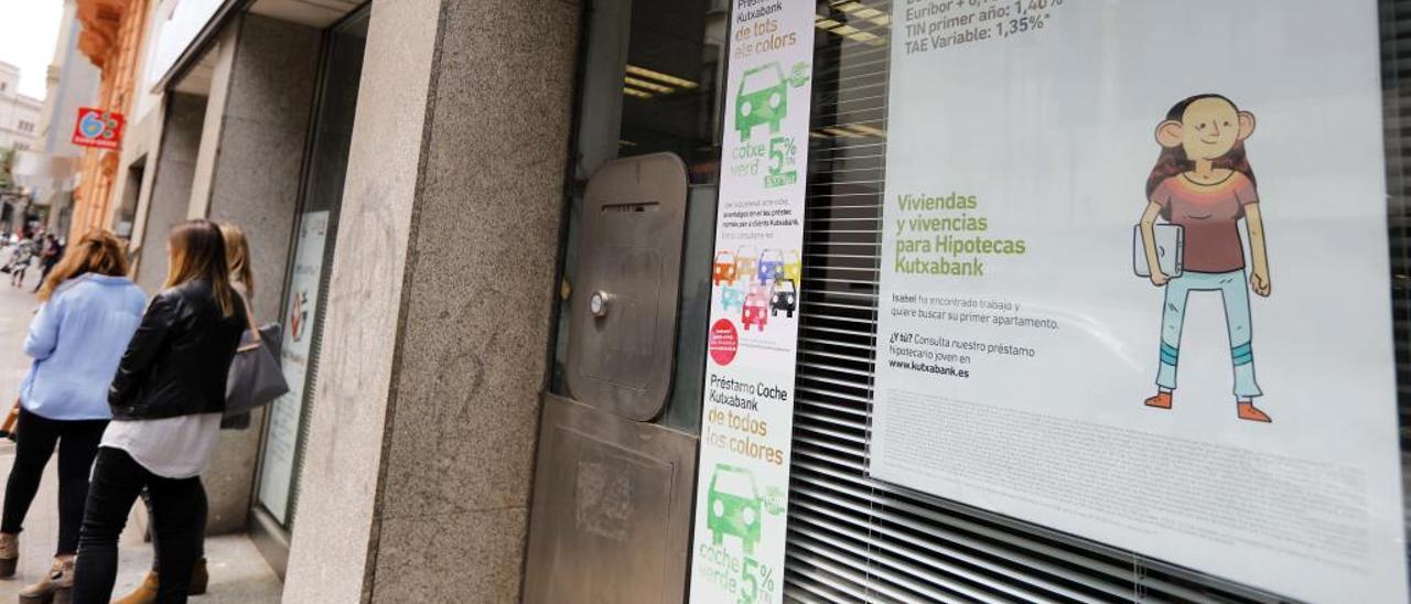 Publicidad de hipotecas en la oficina de una entidad financiera en València.