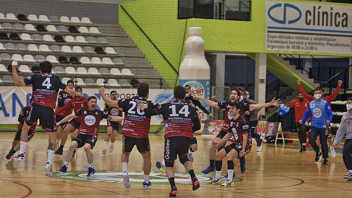 Los jugadores del Disiclín festejan el tanto del empate final, ayer, en el derbi con el Novás .    // BERNABÉ/A. AGRA