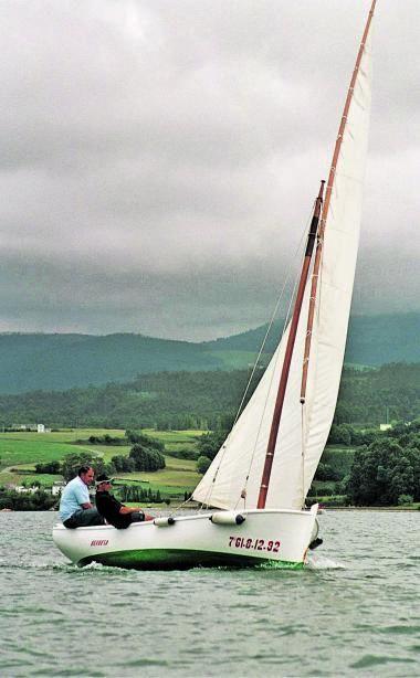 El empresario Álvaro Platero, navegando con su amigo Javier Seijo.