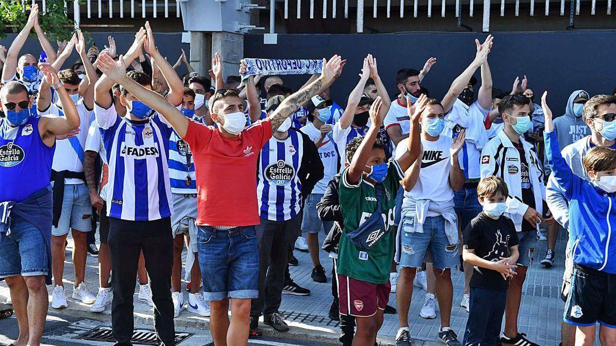 Aficionados del Deportivo, en la recepción al equipo en la tarde del lunes.
