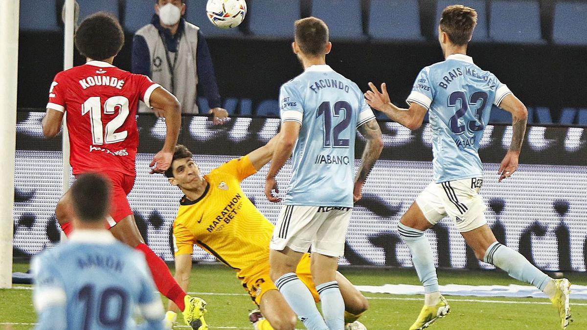 Brais Méndez eleva el balón por encima de Bono en la jugada del tercer gol celeste.    // RICARDO GROBAS