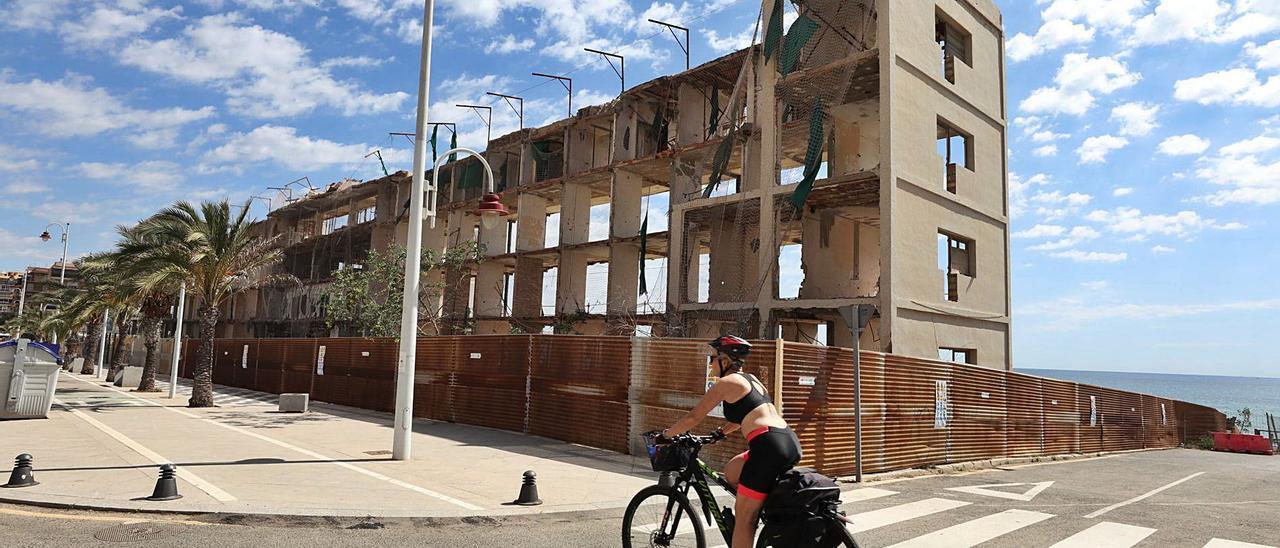Las ruinas del hotel de Arenales, con los carteles que avisan del inminente derribo, previsto para este mes. | ANTONIO AMORÓS