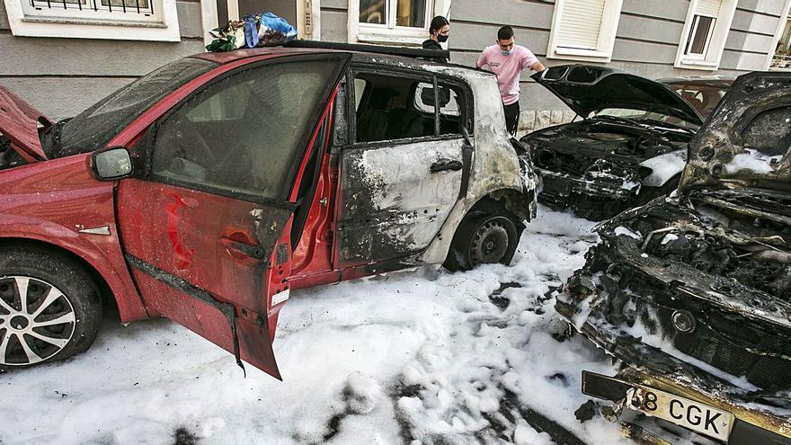 Arden tres coches en Teatinos