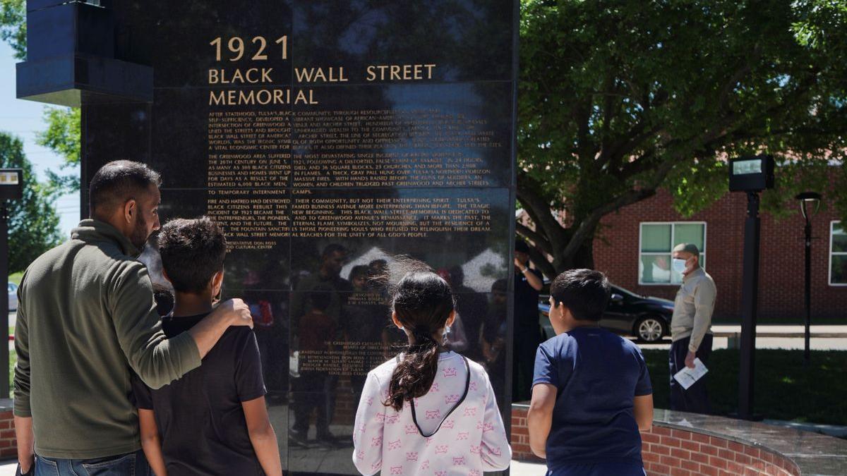 Lápida en memoria de las víctimas de la masacre de Tulsa en 1921.