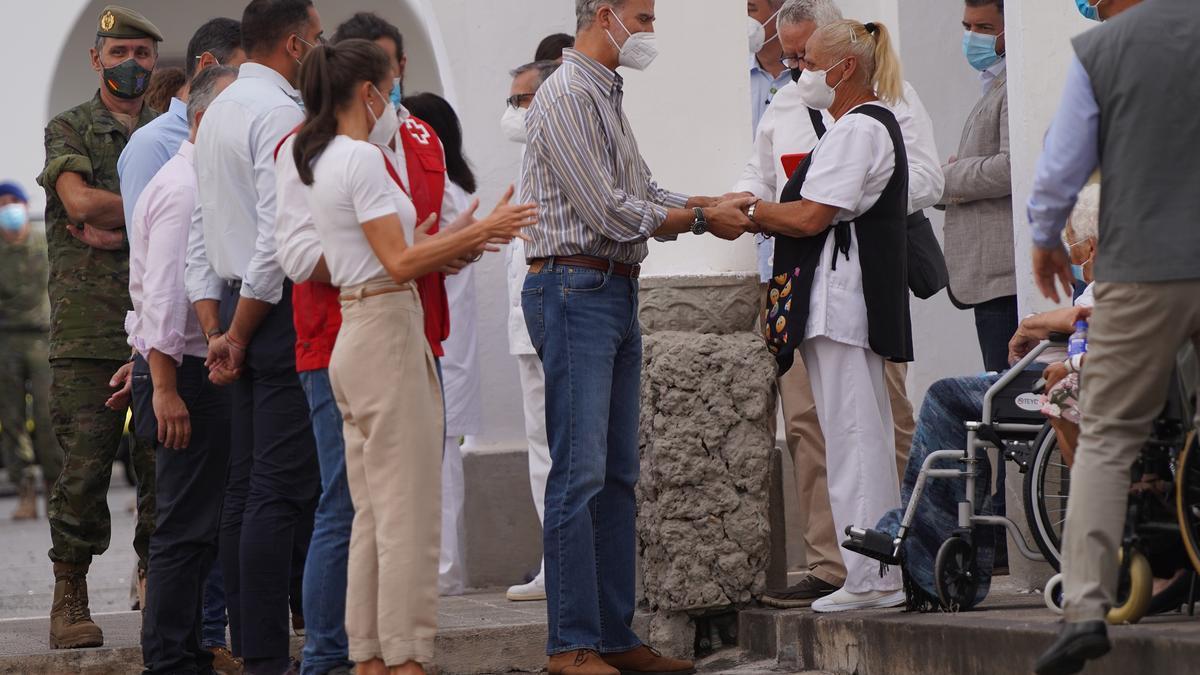 Los Reyes visitan el acuartelamiento del Fuerte donde se encuentran parte de las personas desalojadas tras la erupción del volcán en La Palma.
