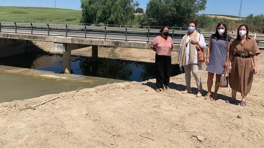 La Junta limpia los puentes de los arroyos Salado y Masegoso en Santaella